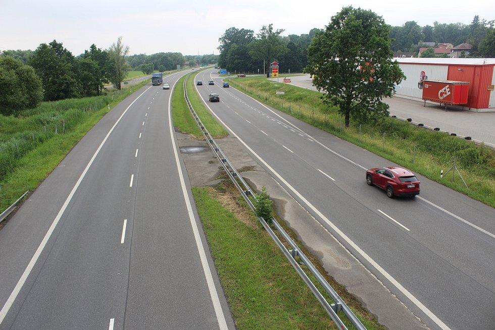 Silnice I/11 (dále Rudná) rozdělila Šenov na dvě části.