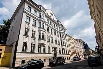 Pět domů v ulicích Veleslavínově (vlevo) a Přívozské, které patří společnosti RPG Byty, bylo v uplynulých měsících zrekonstruováno. Dnes už nabízejí zájemcům o moderní bydlení v lukrativní části města zcela nové možnosti.