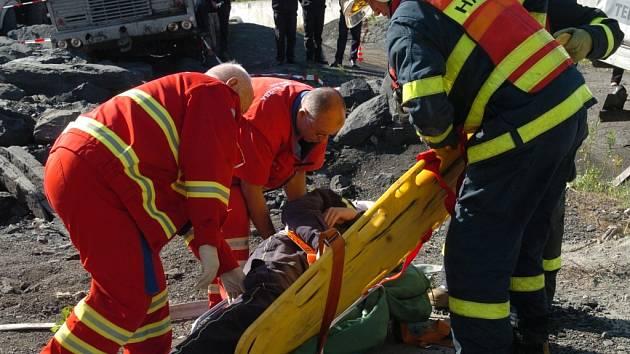Záchranáři při simulované akci.