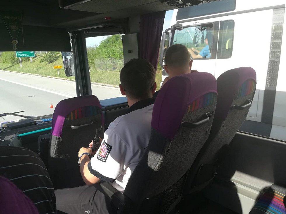 Policisté v autobusu při kontrole kamionů.