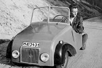 """Fotografie vlastnoručně vyrobeného """"lidového vozítka"""", kterému byla přidělena i SPZ M-KI 34 31."""