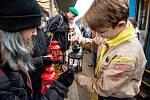 Betlémské světlo je jedním z novodobých symbolů Vánoc. Skauti ho každoročně rozvážejí vlaky po celé republice. Ilustrační foto.
