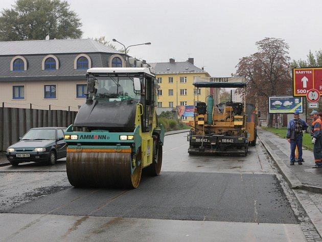 Výrazné nerovnosti na Poděbradově ulici v centru Ostravy byly pro řidiče nepříjemným překvapením. Na počátku tohoto týdne byly zfrézovány a v úterý dostala komunikace nový koberec.