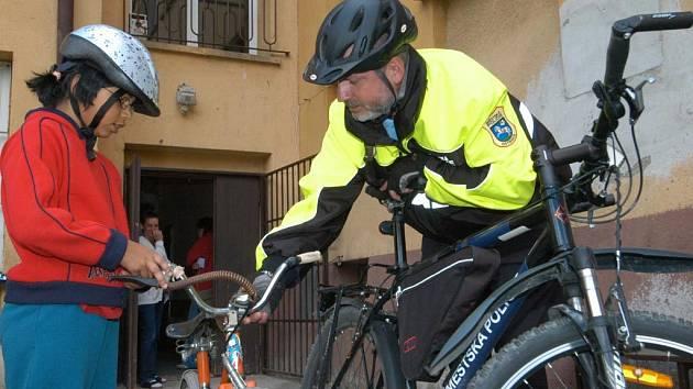Městští strážníci radili dětem, jak si mohou doplnit povinné vybavení kola