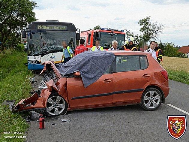 Čelní srážka osobního automobilu Škoda – Fabia a linkového autobusu Dopravního podniku Ostrava.  Nehoda skončila tragicky, smrtí řidiče osobního automobilu.