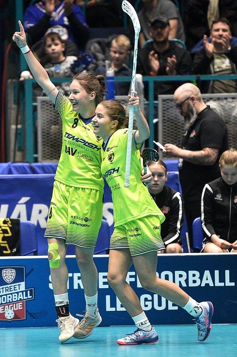 Pohár mistrů ve florbalu, o 3. místo (ženy): 1. SC Vítkovice - SB-Pro Nurmijarvi, 12. ledna 2020 v Ostravě. Na snímku (zleva) Dominika Buczek a Michaela Kubečková.