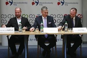 PODPIS KOALIČNÍ SMLOUVY. Zástupci hnutí ANO, KDU-ČSL a ODS v budově Krajského úřadu Moravskoslezského kraje podepsali koaliční smlouvu.