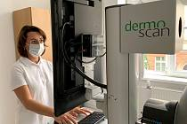 Lékařka Monika Macejková obsluhuje DermoScan X2 na Poliklinice AGEL Ostrava.