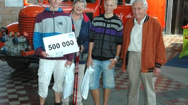 Půlmiliontým návštěvníkem byl Vojtěch Vencl ze Žamberku u Pardubic. Na snímku vlevo s bratrem a prarodiči.