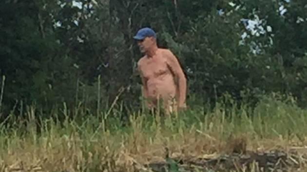 Neznámý muž masturboval u řeky.