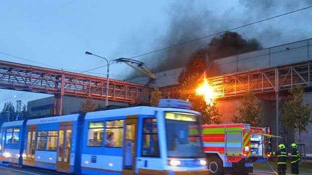 K požáru plynu unikajícího z potrubí u závodu v ulici Ruské v Ostravě-Vítkovicích vyjížděli v úterý večer ostravští hasiči.