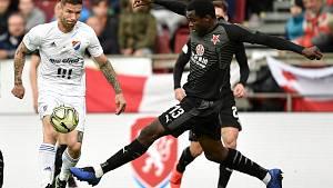 Finále fotbalového poháru MOL Cupu: FC Baník Ostrava - SK Slavia Praha, 22. května 2019 v Olomouci. Na snímku (zleva) Lukáš Pazdera a Ngadeu Ngadjui Michael.