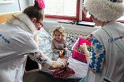 """Sestra Kykyslava Kyslíková a doktorka Zděnka Nouzová """"léčily"""" děti v ostravské fakultní nemocnici smíchem."""