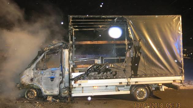 Hasiči likvidovali požár, který poničil polskou dodávku.