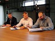 Majitel HC Vítkovice Ridera Aleš Pavlík (uprostřed) při podpisu víceletého kontraktu s trenéry Jakubem Petrem (vlevo) a Pavlem Trnkou (vpravo). Foto: HC Vítkovice Ridera