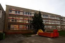 V Základní škole Šeříková v Ostravě-Výškovicích probíhá kompletní rekonstrukce. Rodiče však mají strach o bezpečí svých dětí.