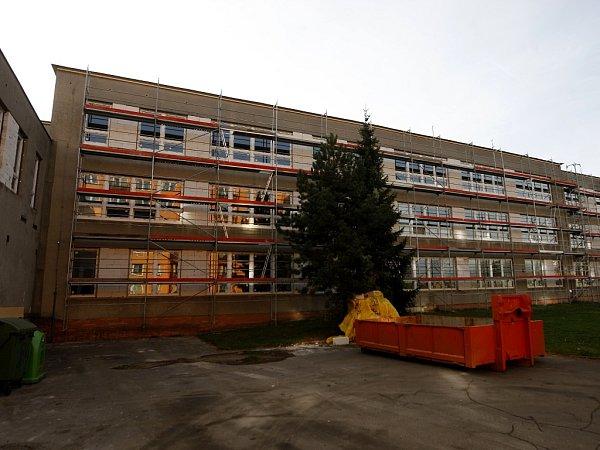VZákladní škole Šeříková vOstravě-Výškovicích probíhá kompletní rekonstrukce. Rodiče však mají strach obezpečí svých dětí.