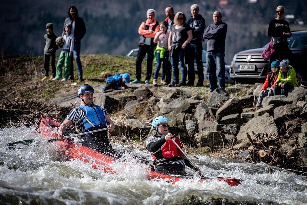 V Česku patří sjezd řeky, vodáctví k oblíbené zábavě už více než sto let. Ilustrační foto.