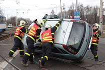 Zásah hasičů u nehody vozidla v kolejišti.
