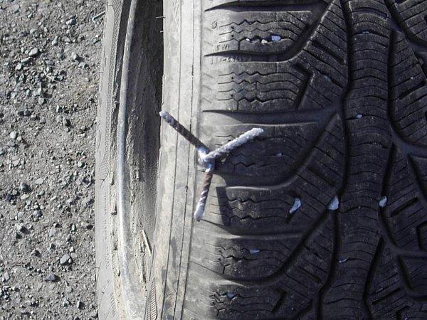 Kovoví ježci dokáží propíchnout pneumatiku.