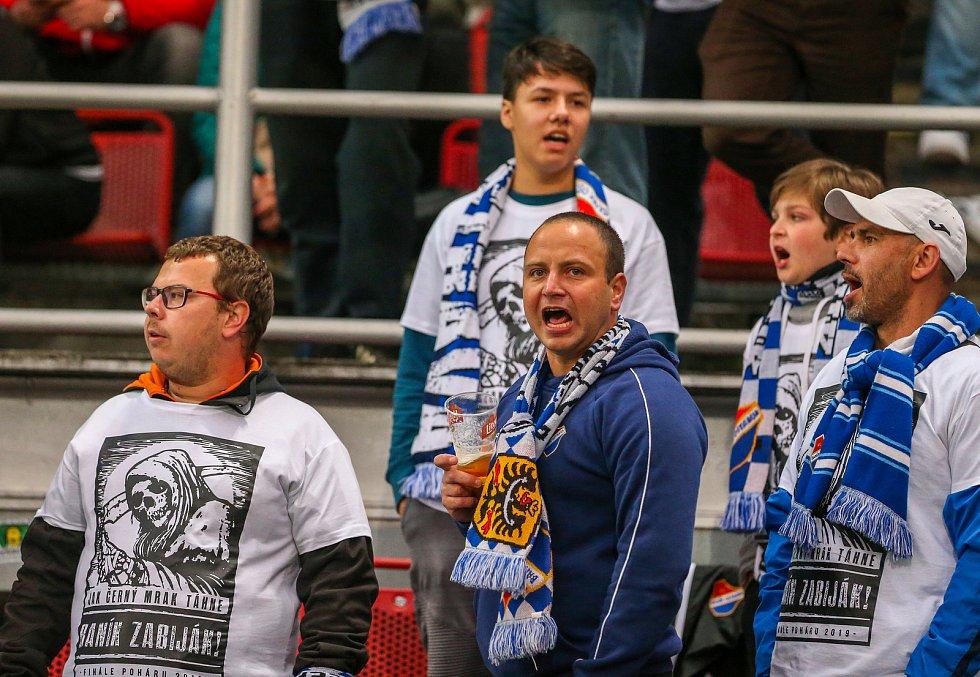 Finále fotbalového poháru MOL Cupu, Baník Ostrava - Slavia Praha 22.května 2019 v Olomouci. Na snímku (zleva) fanoušci.