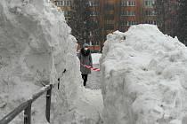 Hromada sněhu rostla a rostla z boku supermarketu mezi sídlišti Poruba a Svinov v západní Ostravě.