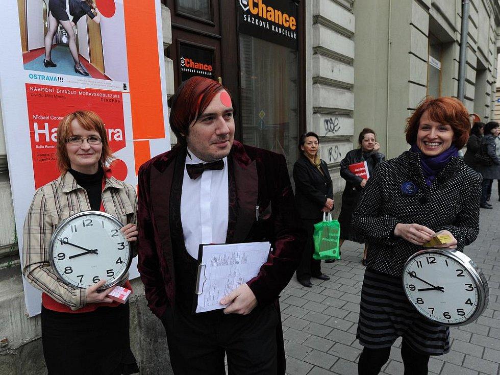 Několik desítek zájemců přišlo v úterý ráno před budovu ostravského Divadla Jiřího Myrona, aby si zakoupilo předplatné na příští sezonu Národního divadla moravskoslezského (NDM).