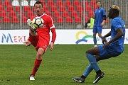 Přátelské fotbalové utkání mezi Zbrojovkou Brno v červeném a Vítkovicemi v modrém.