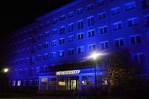 Ostravský Dům energetiky svítil modře na podporu lidí s autismem.