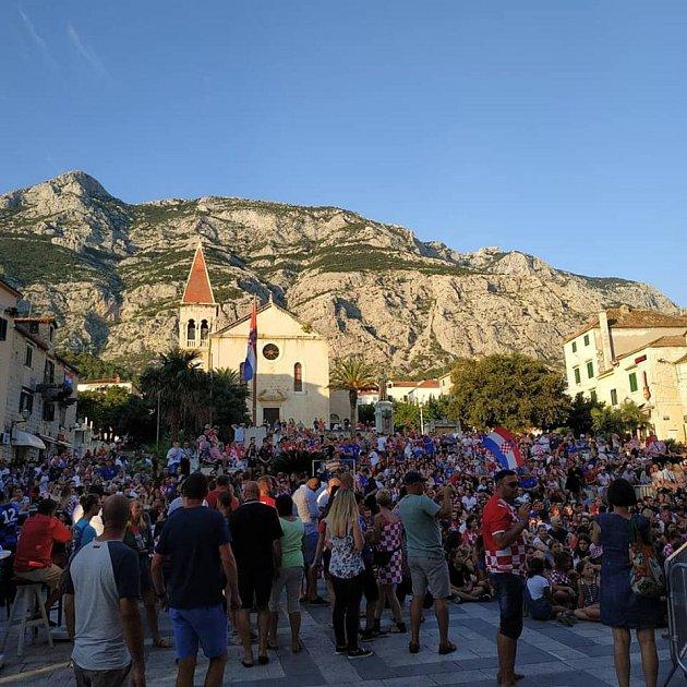 V Chorvatsku se fotbal promítá na stovkách náměstí. Na snímku atmosféra na Makarské riviéře.
