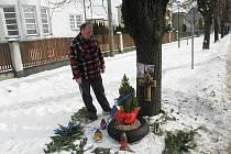Martinův otec pravidelně chodí k místu, kde zemřel jeho syn. Svíčky zde zapalují i Martinovi kamarádi.