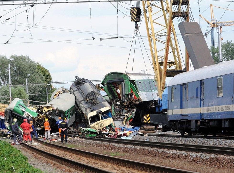 Stále pokračuije ve Studénce na místě tragické nehody rychlíku Comenius odstraňování trosek. Stav většiny zraněných se lepší, mnozí již opustili nemocnici