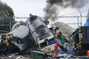 Odstraňování trosek v místě tragické nehody rychlíku Comenius.