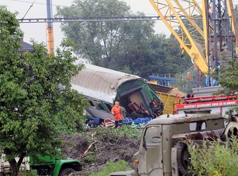 V sobotu pokračovalo ve Studénce na místě tragické nehody rychlíku Comenius odstraňování trosek