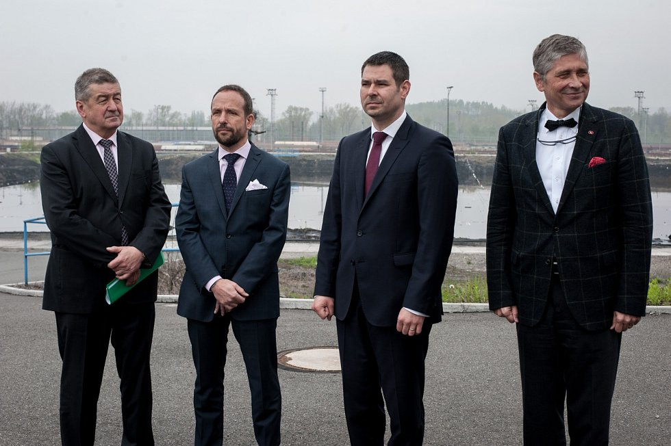 Prohlídky ostravských ropných lagun se zúčastnili zástupci vedení města, kraje i ministr hospodářství. Na snímku (zleva) Jiří Cieńciała, Tomáš Macura, Jiří Havlíček a Ivo Vondrák.