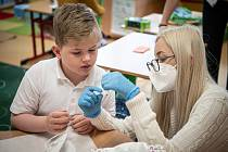 Testování žáku pomoci PCR testu ze slin.