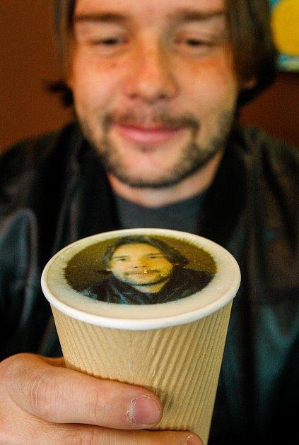 Ostravská kavárna Atlantik nabízí kávu, vjejíž pěně jsou natištěné fotografie.