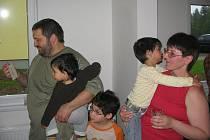 Projekt Postavme společně dům pro začínající pěstounskou rodinu byl úspěšný. Rodina Žáčkova již v novém domě bydlí.