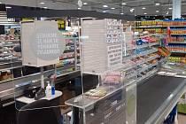 Obchodní síť Albert instaluje plexiskla na pokladnách.