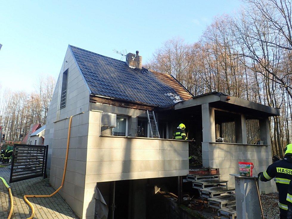 Snímek z místa požáru rodinného domu v Těrlicku.
