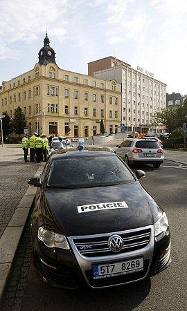 První den prezidentské návštěvy vMoravskoslezském kraji. Čekání na Miloše Zemana před hotelem Imperial.