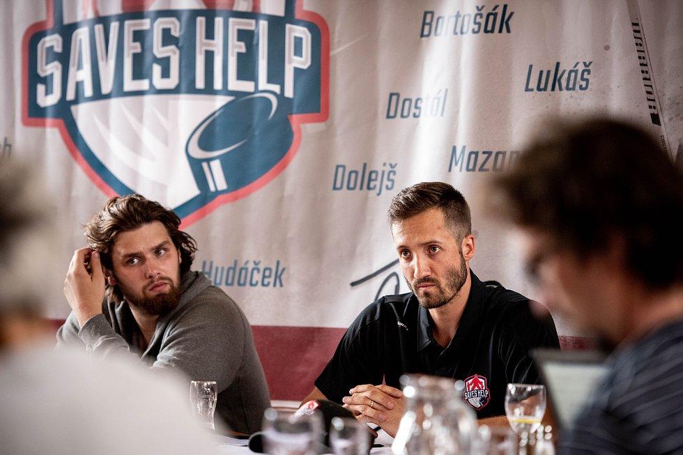Šimon Hrubec na snímku s Patrikem Barošákem při představení projektu Saves Help, červen 2019 v Ostravě.