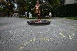 Autorem sochy Věry Špinarové v Ostravě je David Moješčík.