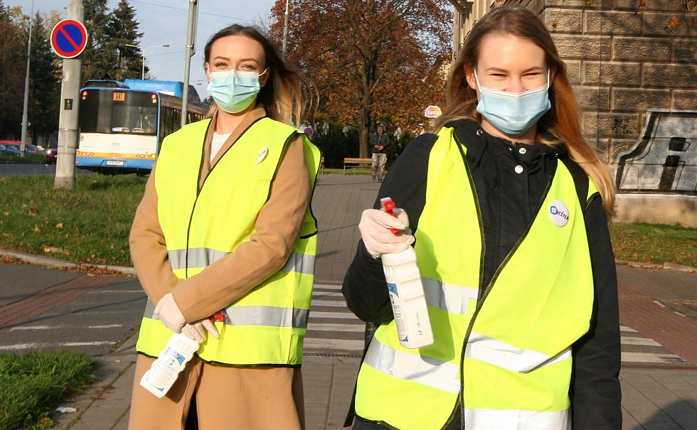 DEZINFEKCE v našich ulicích – tak nazvali studenti z kreativního marketingového týmu Heštek! příspěvek v boji s čínskou nákazou. Listopad 2020 v Ostravě.