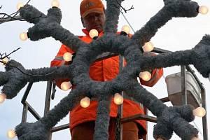 Ilustrační foto z přípravy vánoční výzdoby v Ostravě