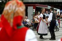 Perníková srdce, folklorní tance, řetízkový kolotoč, skákací hrad a spousta stánků s občerstvením a dobrotami. Tak to v sobotu vypadalo na Mírovém náměstí ve Vítkovicích.