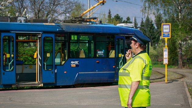 Za pomoci píšťalky vysílá Květa Gajová tramvaje linky číslo 5 ze smyčky v Porubě na přibližně jedenáctikilometrovou trasu do Zátiší. Nikde jinde v Česku tramvajového výpravčího už nepotkáte!