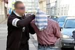 Policisté zatýkají bývalého strážníka, který loupil v přestrojení za mumii.