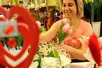Typickým dárkem na svátek zamilovaných je kytice růží.