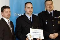 Ostravský policista Martin Pejcha (uprostřed) se stal již 91. držitelem titulu Gentleman silnic. Vlevo ředitel regionální pobočky České pojišťovny Ivo Brodecký, vpravo ředitel ostravské policie René Dočekal.